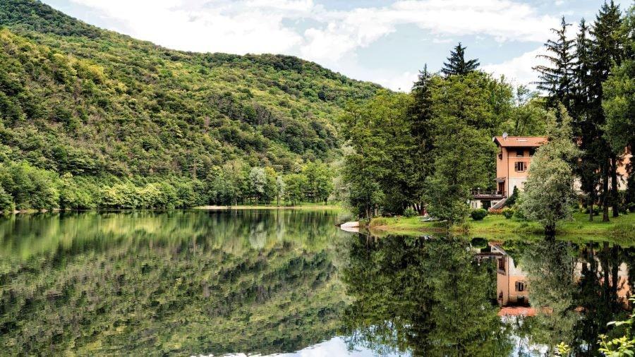 Posti per fare escursioni con i bambini vicino Milano: il lago di Ghirla