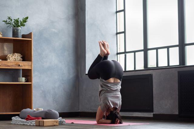 Sirsasana: come fare la verticale yoga