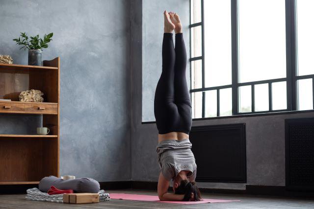 yoga verticale sulle mani