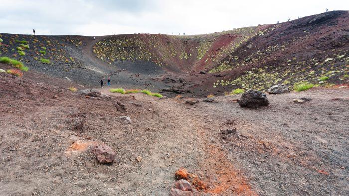 escursionisti nei pressi di un cratere inattivo