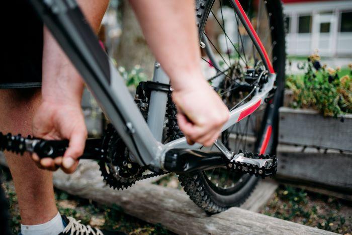 come smontare i pedali della bici