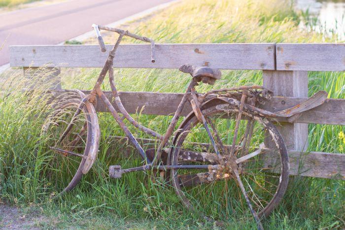 bicicletta con pedali arrugginiti e bloccati