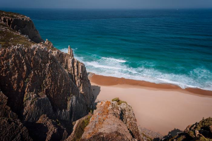 dove fare surf in portogallo, una spiaggia con scogliera