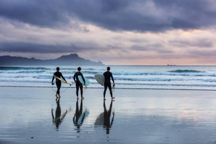 Surfisti al tramonto in Portogallo