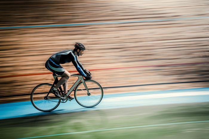 una bici a scatto fisso in un velodromo