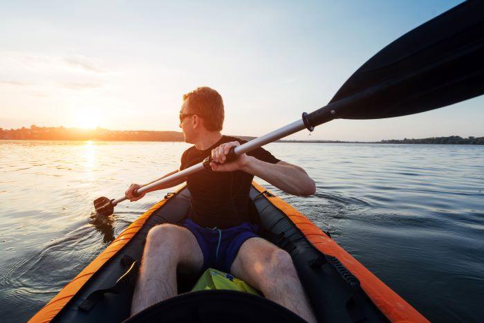 una canoa gonfiabile al tramonto