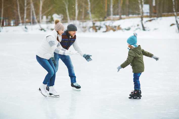 una famiglia con i pattini da ghiaccio